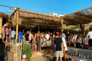 """""""Βούλιαξε"""" η Μύκονος - Το αδιαχώρητο σε παραλίες και beach bars"""