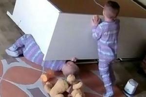 2χρονο αγοράκι σώζει τον αδελφό του από συρταριέρα - Σοκαριστικό βίντεο