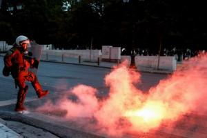 """""""Χαμός"""" στο Σύνταγμα - Πέτρες και φωτοβολίδες στη διαμαρτυρία για τη δολοφονία του Τζόρτζ Φλόιντ"""