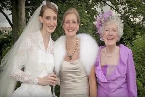 Νύφη έβγαλε φωτογραφία με τη γιαγιά και τη μητέρα της - Δείτε όμως αυτό που κρύβει το νυφικό...