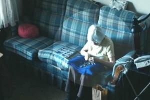 Έβαλαν κάμερα σ' αυτή την 98χρονη γιαγιά για να μάθουν τι κάνει όταν μένει μόνη. Αυτό που είδαν; Θα σας συγκλονίσει!