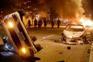 «Φλέγονται» οι ΗΠΑ: Δύο νεκροί από αστυνομικά πυρά στην Αϊόβα
