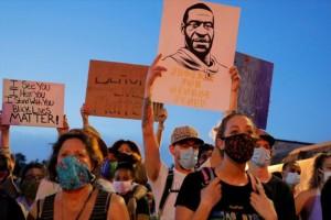Συνεχίστηκαν για 8η νύχτα οι διαδηλώσεις με αφορμή τη δολοφονία του Τζόρτζ Φλόιντ