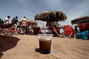 Άρση μέτρων: «Ναι» στον καφέ στις παραλίες - Αυτή είναι η απόσταση που θα τηρούμε