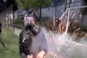 Σοκαριστικό βίντεο: Κροτίδα σκάει δίπλα σε δημοσιογράφο στις διαδηλώσεις για τον Τζορτζ Φλόιντ