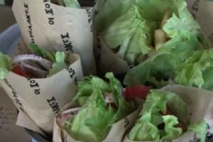 Πρωτότυπο σουβλάκι με μαρούλι αντί για... πίτα - Η εναλλακτική επιλογή στη Νέα Φιλαδέλφεια (Video)