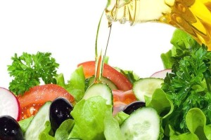 Βάζετε ελαιόλαδο στην σαλάτα σας; Δεν θα το ξανακάνετε όταν δείτε τι κάνει στο σώμα