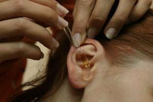 Ανακάτεψε οινόπνευμα με σκόρδο και έβαλε μερικές σταγόνες στο αυτί της - Απαλλάχτηκε από κάτι βασανιστικό
