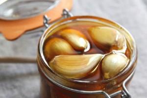 Βάζει σκόρδο μέσα στο μέλι - Όταν μάθετε το γιατί θα τρέξετε να το δοκιμάσετε