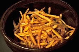 Σταματήστε να ξεφλουδίζετε τις πατάτες σας πριν τις τηγανίσετε!