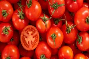 Άπλωσε στην πλάτη της ροδέλες ντομάτας και σώθηκε από το βασανιστήριο του καλοκαιριού