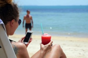 """4+1 """"χρυσοί"""" κανόνες για τη σωστή χρήση του κινητού στην παραλία"""