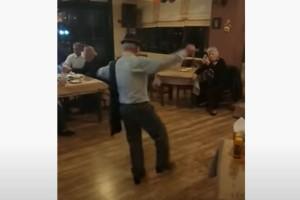 """65χρονος άνδρας χορεύει ζεϊμπέκικο και """"τρελαίνει"""" τους πάντες"""