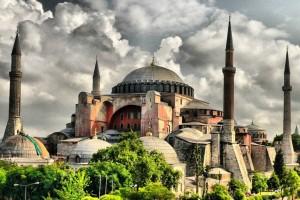 """Τζαμί η Αγιά Σοφιά: Διεθνής κατακραυγή και αντιδράσεις - """"Άσκοπα διχαστική"""" απόφαση"""