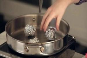 Παίρνει ένα τηγάνι και βάζει μέσα μπαλάκια αλουμινόχαρτου - Θα τρέξετε να το κάνετε όταν δείτε το αποτέλεσμα