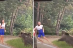 Ανατριχιαστική στιγμή: Αρκούδα χύμηξε σε γυναίκα που πήγε να βγάλει φωτογραφία μαζί της - Βίντεο-σοκ