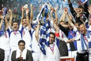 Η φωτογραφία της ημέρας: Η Εθνική Ελλάδος στέφεται πρωταθλήτρια Ευρώπης στο ποδόσφαιρο το 2004