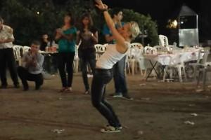 30χρονη ξανθιά χορεύει τσιφτετέλι και δίνει ρεσιτάλ - Το βίντεο έχει 1.452.242 views