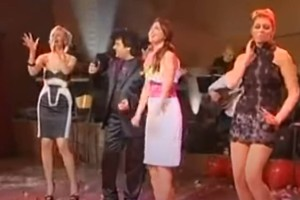 """Τσιφτετέλι viral: Ελληνίδα παρουσιάστρια με """"πλατινέ"""" μαλλί χορεύει τσιφτετέλια στον Τερλέγκα το 2010!"""