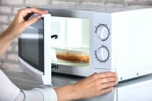 Προσοχή: Τι απαγορεύεται να βάλεις στο φούρνο μικροκυμάτων!