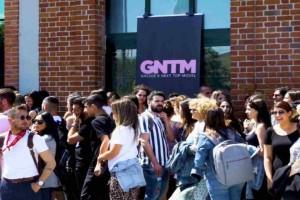 Χαμός με το GNTM - Χιλιάδες αγόρια παλεύουν για τις θέσεις στο διαγωνισμό