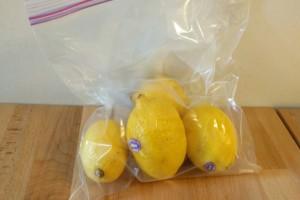 Βάζει τα λεμόνια σε πλαστική σακούλα και τα τοποθετεί στο ψυγείο - Το κόλπο για να...