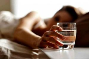 Σταματήστε να πίνετε νερό το βράδυ απ' το ποτήρι που έχετε δίπλα σας - Ο λόγος είναι σοβαρός...