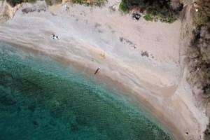 Ερωτοσπηλιά: Η πιο ερωτική παραλία της Αττικής από ψηλά