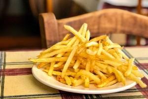 Μην τις ξαναβάλετε στο στόμα σας: Αυτοί είναι οι τρεις λόγοι που πρέπει να «κόψετε» τις πατάτες τηγανητές