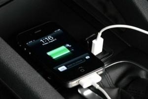 Φόρτιση κινητού στο αυτοκίνητο: Σωτήρια λύση ή ολέθριο λάθος;