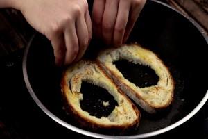 Βγάζει την ψίχα από το ψωμί και το βάζει στο τηγάνι - Θα γλείφετε τα δάχτυλά σας