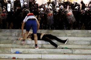 Χάος στην Σερβία μετά την ανακοίνωση για νέο lockdown- Διαδηλωτές εισέβαλαν στη Βουλή