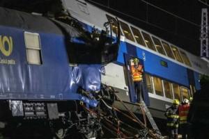 Σφοδρή σύγκρουση τρένων στην Τσεχία - Δεκάδες τραυματίες