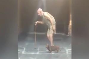"""Παππούς βγαίνει βόλτα καθημερινά με τον μικρό σκύλο του - Μόλις παρατηρήσετε τι κάνει...θα """"μείνετε"""""""