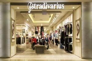 """""""Πανικός"""" στα Stradivarius: Το denim μπικίνι που έχει τρελάνει όλες τις γυναίκες σε τιμή """"θανάτου"""""""