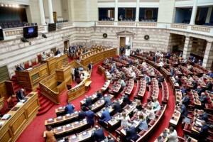 Πανικός στη Βουλή: Αποβλήθηκε βουλευτής του ΣΥΡΙΖΑ για απρεπή χειρονομία