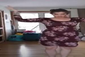 """Χορεύει τσιφτετέλι στο σαλόνι της και σηκώνει το Youtube """"στον αέρα"""""""