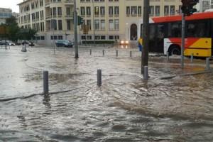 Καιρός: «Άνοιξαν» οι ουρανοί στη Θεσσαλονίκη - Ισχυρές καταιγίδες μέχρι το βράδυ της Κυριακής (Video)