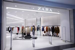 ZARA: Το μίντι τραπέ φόρεμα στο απόλυτο χρώμα της σεζόν κοστίζει λιγότερο από 20€