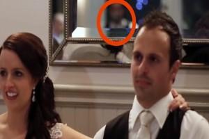 Κάμερα κατέγραψε την ημέρα του γάμου κάτι σοκαριστικό πίσω από το ζευγάρι - Μόλις δείτε τον καθρέφτη...