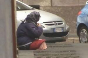 Κάμερα καταγράφει άνδρα χωρίς πόδια στη μέση του δρόμου: Αυτό που θα συμβεί δευτερόλεπτα μετά θα σας εξοργίσει