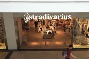 Βρήκαμε στα Stradivarius το πιο σικάτο floral φόρεμα που έχει προκαλέσει φρενίτιδα σε όλες τις γυναίκες
