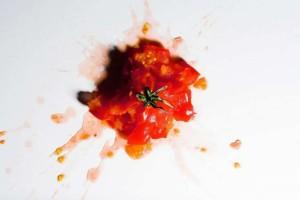 Το απίστευτο κόλπο για να αφαιρέσετε το λεκέ από ντομάτα σε χρόνο ρεκόρ