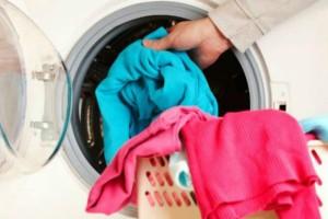 Πριν βάλει τα ρούχα στο πλυντήριο έριξε μέσα μια κούπα καφέ - Μόλις δείτε το λόγο θα τρέξετε να το κάνετε