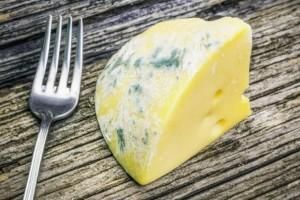 Μούχλιασε το τυρί στο ψυγείο; Μόνο σε αυτές τις περιπτώσεις μπορείτε να το φάτε