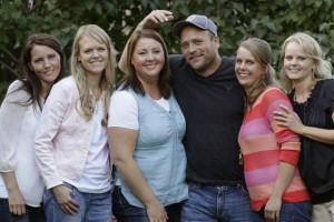 47χρονος άνδρας είναι παντρεμένος με 5 γυναίκες και έχει 24 παιδιά! Όταν άφησε τις κάμερες να μπουν στο σπίτι του μείναμε «κάγκελο»... (Video)