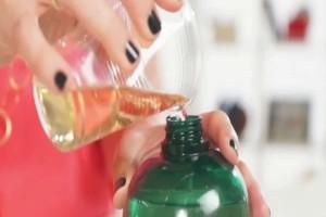 Ανακάτεψε σε ένα μπουκάλι σαμπουάν με ελαιόλαδο και απαλλάχτηκε από το μεγαλύτερο μαρτύριο του καλοκαιριού