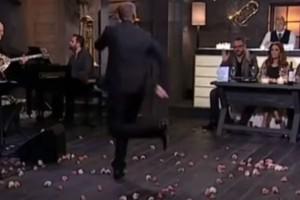 """Ο ορισμός του """"ζεϊμπέκικου"""" - Χορεύει και τρίζουν τα πατώματα"""