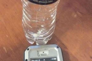 Τοποθετεί ένα μπουκάλι νερό δίπλα από το κινητό - Το αποτέλεσμα; Θα πάθετε πλάκα (Video)