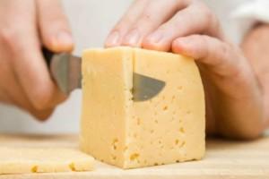 Βάζετε το τυρί στο πρώτο ράφι του ψυγείου; Μην το ξανακάνετε ποτέ!